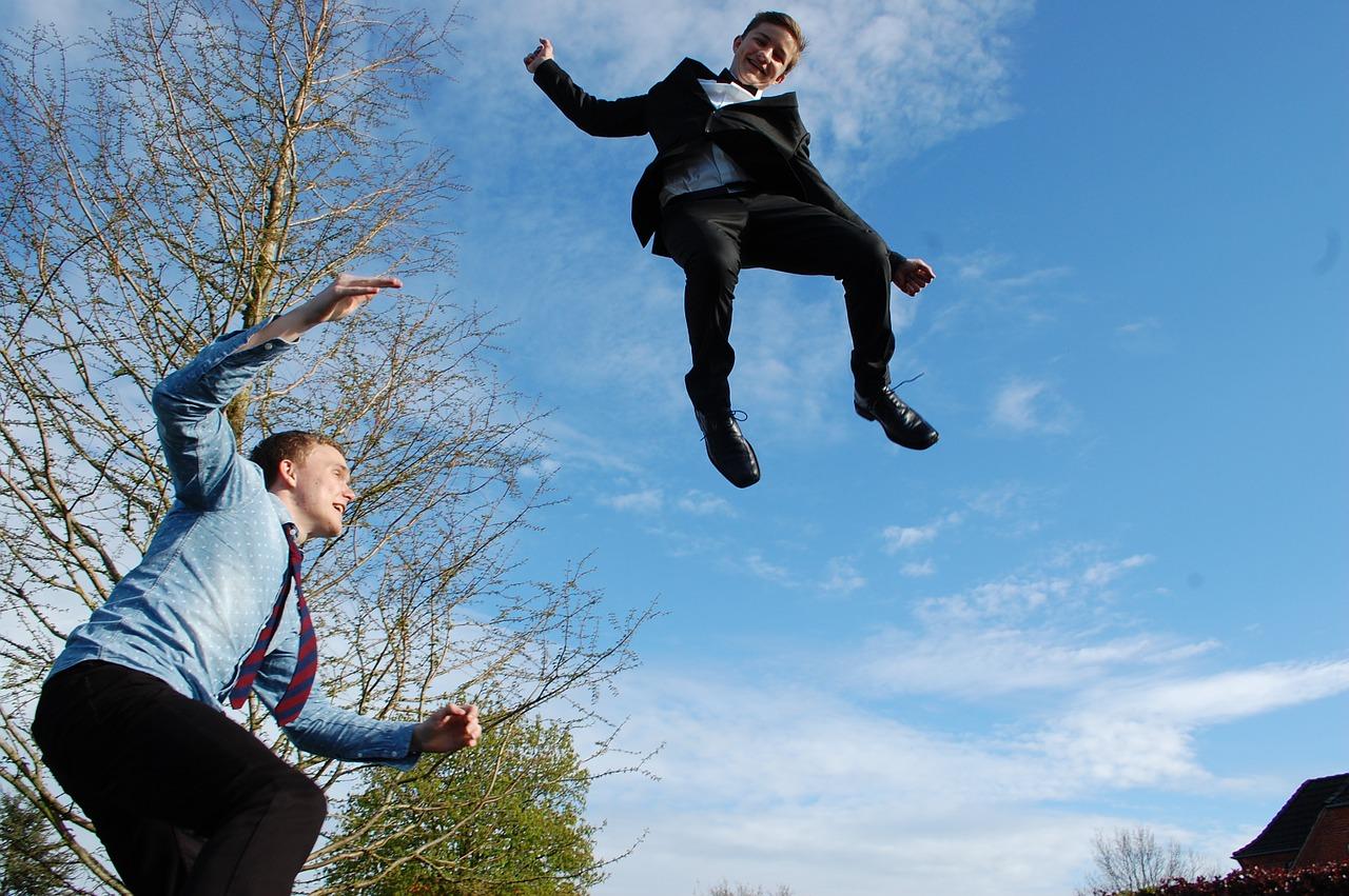 Mladiství na trampolíně