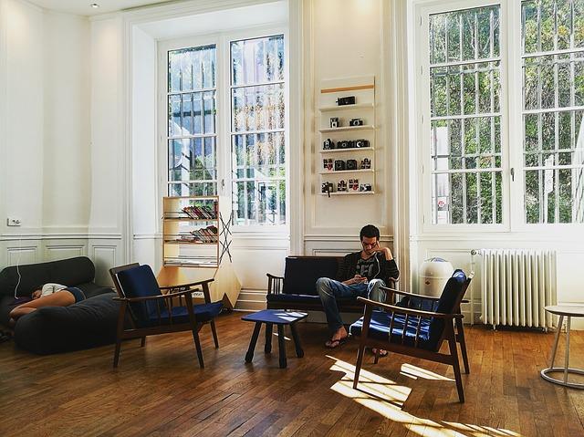 muž, interiér, velká okna, četba