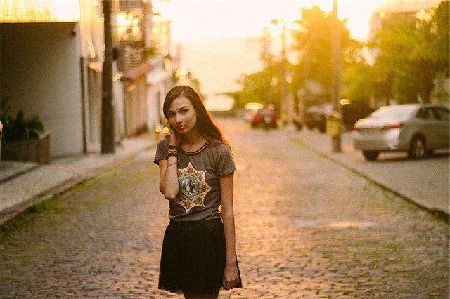 dívka na silnici