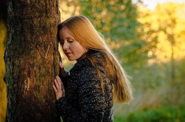 dívka u stromu