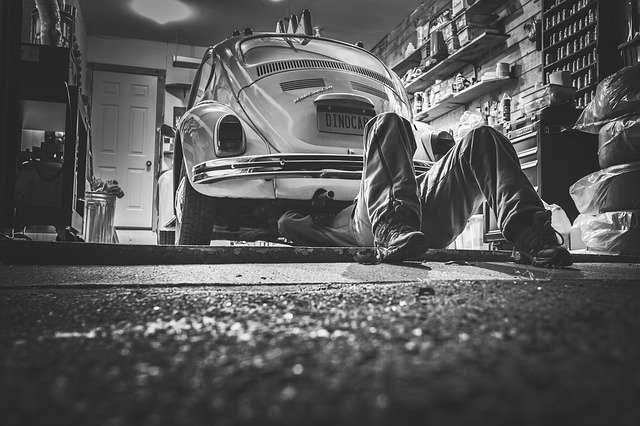 oprava auta v dílně