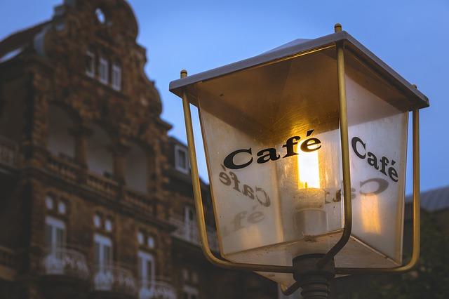pouliční lampa před kavárnou.jpg