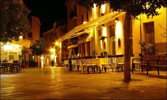 večerní osvětlení venkovní restaurace.jpg