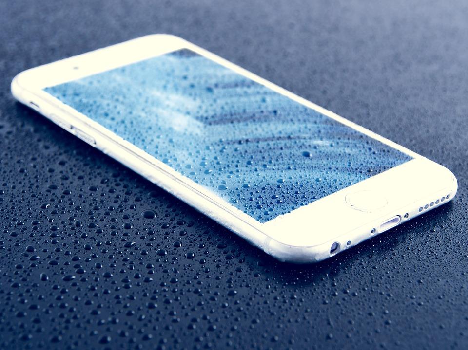 orosený mobil na stole